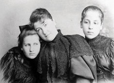 Anna von Bergen-Schindler with her daughters Alma and Grete